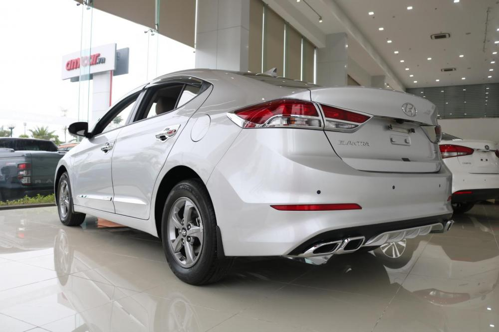 Bán Hyundai Elantra 1.6MT đời 2018, màu bạc, giá tốt
