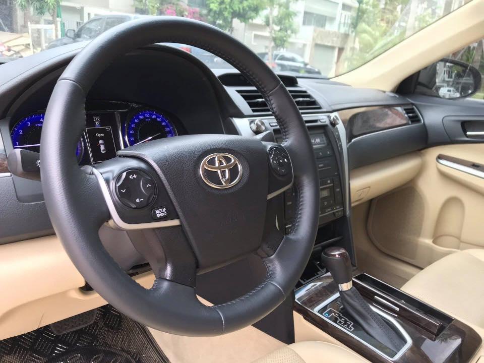 Cần bán xe Toyota Camry 2.0E năm 2017, màu đen
